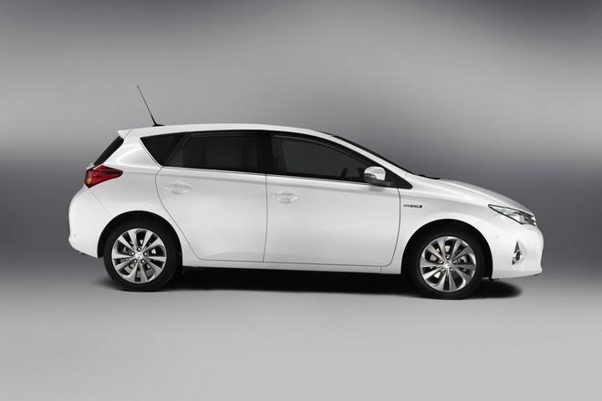 Новая Toyota Auris Hybrid 2013 — экстерьер, фото 2